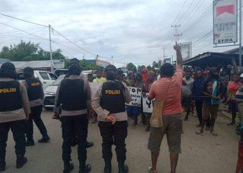 Polisi Hadang Masa Aksi Memperingati HAM Sedunia di Nabire. (Foto: Thor/PRP).
